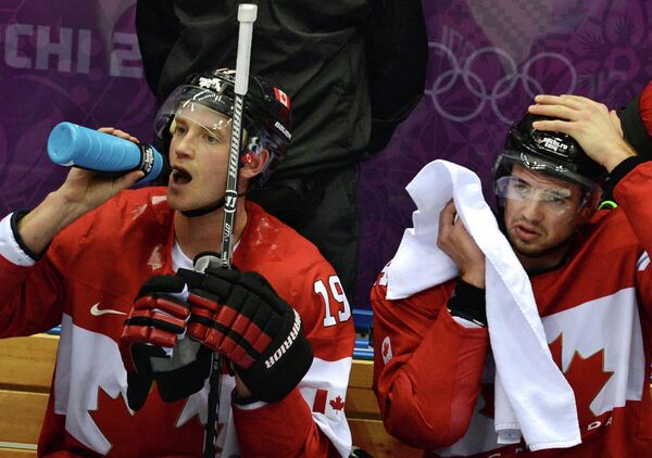 Хоккеисты сборной канады Джей Баумистер и Марк-Эдуард Власич (слева направо)