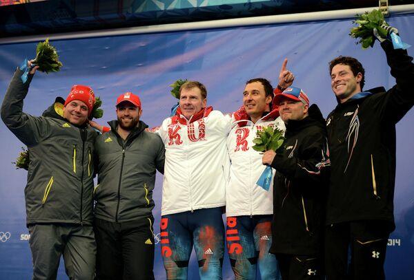 Беат Хефти и Алекс Бауман (Швейцария) - серебряные медали, Александр Зубков и Алексей Воевода (Россия) - золотые медали, Стивен Холкомб и Стивен Лэнгтон (США) - бронзовые медали