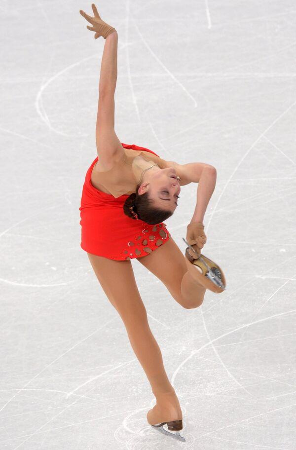 Аделина Сотникова (Россия) выступает в короткой программе женского одиночного катания