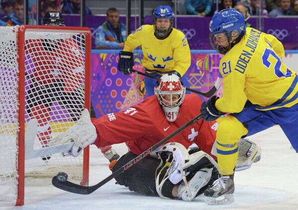 Форвард шведской сборной Эрика Уден-Юханссон и вратарь сборной Швейцарии Флоранс Шеллинг