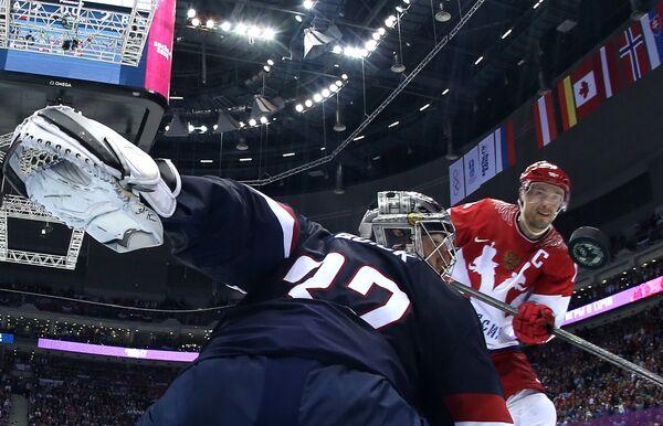 Российский форвард Павел Дацюк забрасывает шайбу в ворота голкипера сборной США Джонатана Куика