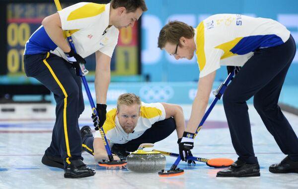 Слева направо: Фредрик Линдберг (Швеция), Никлас Эдин (Швеция) и Виктор Челль (Швеция) в матче за третье место между сборными командами Китая и Швеции в соревнованиях по керлингу среди мужчин на XXII зимних Олимпийских играх в Сочи.