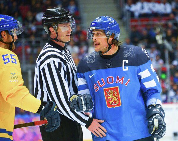 Теему Селянне (справа)
