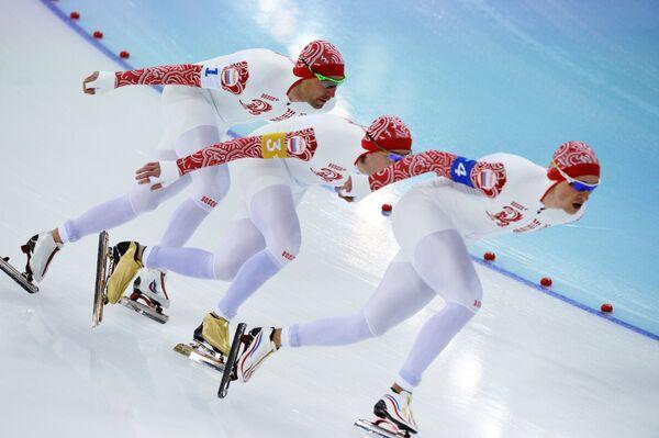 Спортсмены сборной России Александр Румянцев, Алексей Есин, Денис Юсков на дистанции