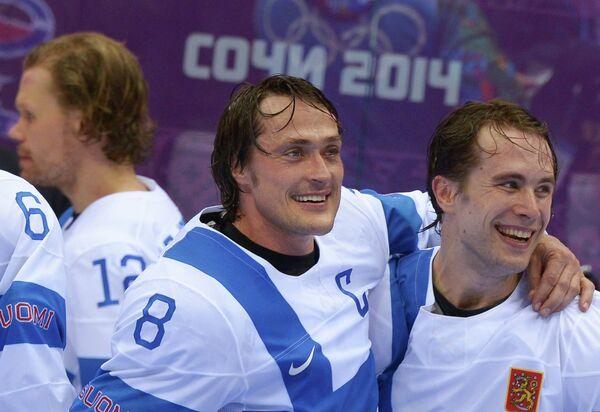 Теему Селянне (слева)