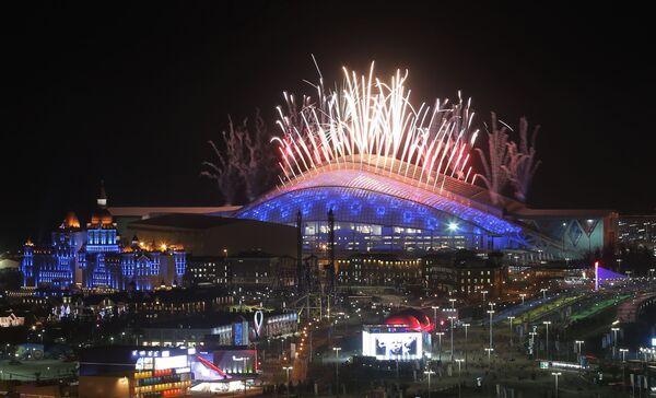 Салют над стадионом Фишт во время церемонии закрытия XXII зимних Олимпийских игр в Сочи.