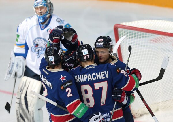 Хоккеисты СКА радуются забитой шайбе