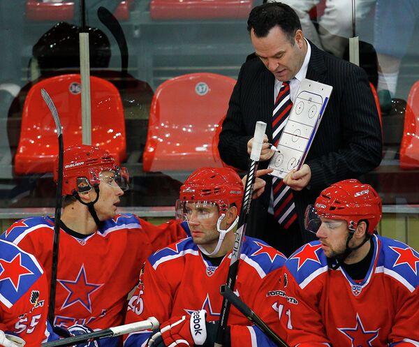Форвард ХК ЦСКА Иван Непряев (слева) и главный тренер ХК ЦСКА Джон Торчетти (справа на втором плане)