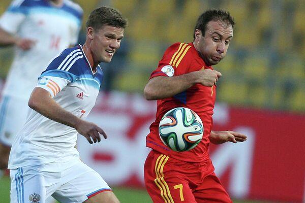 Полузащитник сборной России Игорь Денисов (слева) и полузащитник сборной Армении Артур Едигарян