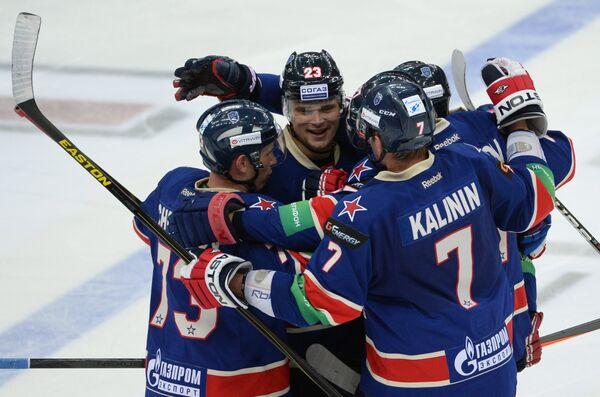 Хоккеисты СКА радуются забитому голу