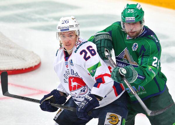 Яркко Иммонен (слева) и игрок команды Салават Юлавев Александр Мерескин