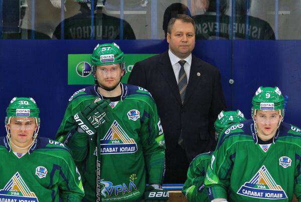 Главный тренер ХК Салават Юлаев Владимир Юрзинов (второй справа)