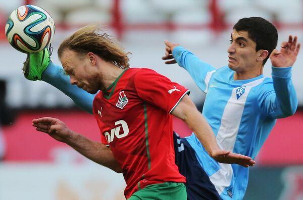 Защитник Локомотива Виталий Денисов (слева) и полузащитник Крыльев Советов Эмин Махмудов