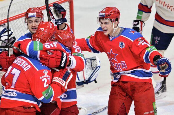 Хоккеисты ЦСКА радуются заброшенной шайбе в ворота СКА