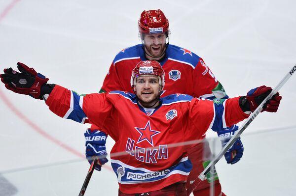 Хоккеисты ЦСКА Яков Рылов (на первом плане) и Дерон Куинт