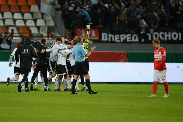 Футболисты Тосно радуются забитому голу в ворота Спартака матче 1/8 финала Кубка России по футболу