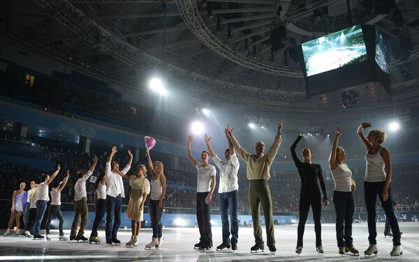Участники гала-концерта по фигурному катанию Мы - Чемпионы! в Сочи в поддержку Паралимпийского движения приветствуют зрителей