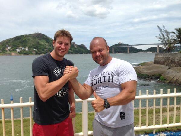 Российский пловец Виталий Мельников (слева) и многократный чемпион мира по пауэрлифтинг Владимир Кравцов