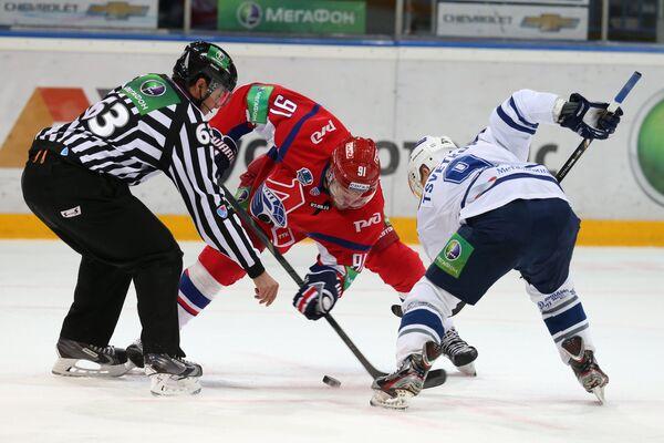 Нападающий Локомотива Янис Спруктс (в центре) и нападающий Динамо Алексей Цветков
