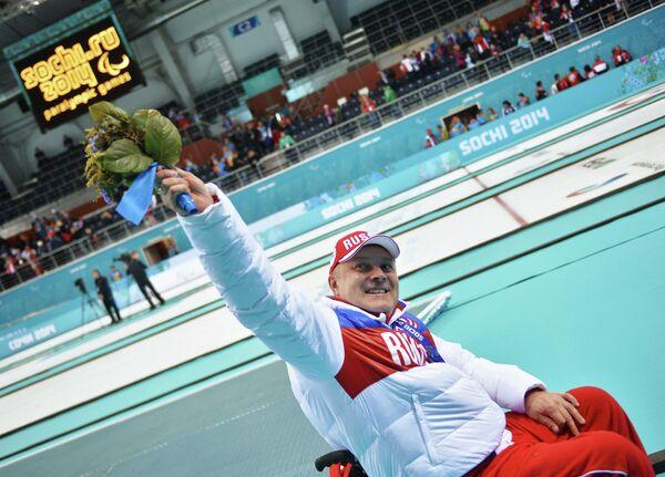Александр Шевченко (Россия), завоевавший серебряную медаль в соревнованиях по керлингу на колясках