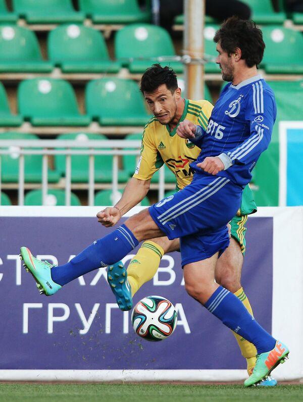 Полузащитник Динамо Юрий Жирков (справа) и защитник Кубани Станислав Манолев