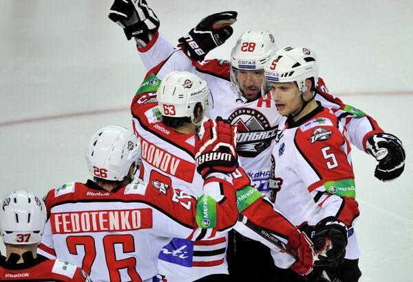 Хоккеисты Донбасса радуются забитому голу в ворота рижского Динамо