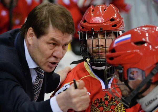 Николай Шаршуков (Россия) дает указания игрокам в финальном матче между сборными командами США и России