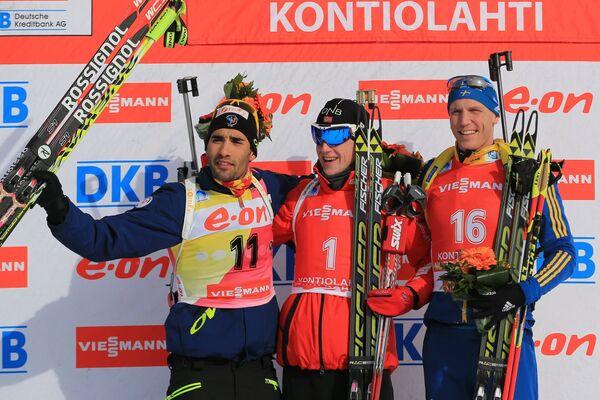 Мартен Фуркад - второе место, Йоханнес Бе - первое место, Бьорн Ферри - третье место слева направо