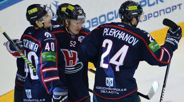 Игроки ХК Сибирь радуются забитому голу