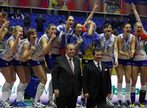 Волейболистки Динамо-Казань, завоевавшие золотые медали, на церемонии награждения