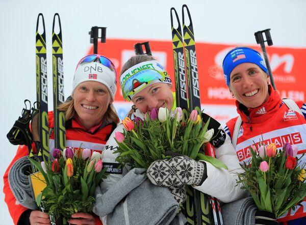 Слева направо: Тура Бергер (Норвегия), Дарья Домрачева (Белоруссия) и Сьюзан Данкли (США)