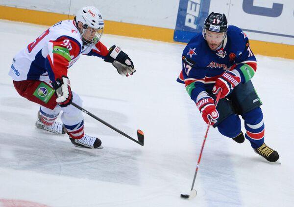 Слева направо: форвард ХК Локомотив Джефф Плэтт и игрок ХК СКА Илья Ковальчук