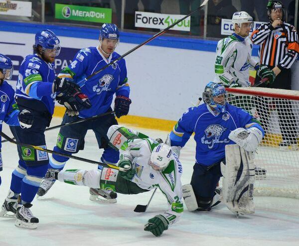 Нападающий ХК Салават Юлаев Александр Мерескин в окружении хоккеистов Барыса