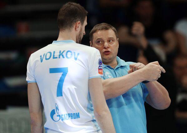 Игрок ВК Зенит-Казань Александр Волков (слева) и главный тренер Владимир Алекно