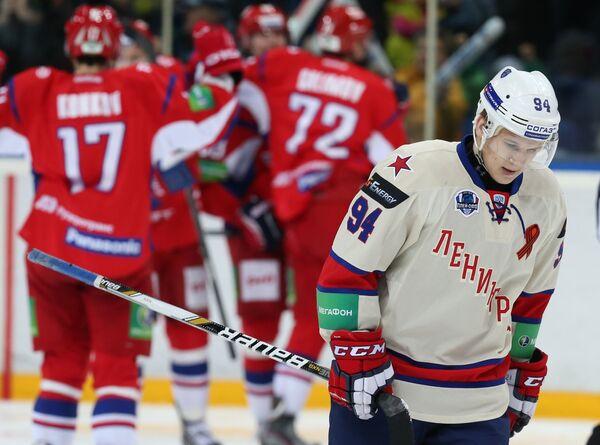 Нападающий СКА Александр Барабанов и радующиеся хоккеисты Локомотива