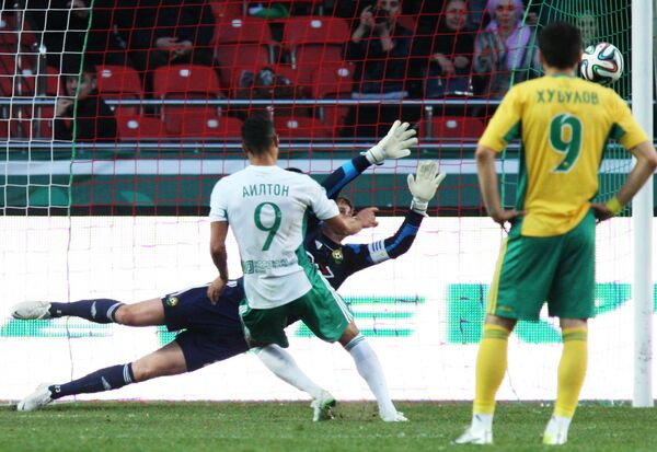 Аилтон забивает гол в ворота Кубани