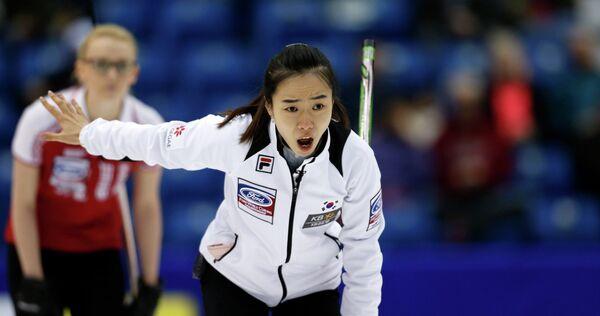 Скип южнокорейской сборной Ким Джи-Сун в матче против сборной России по керлингу
