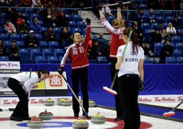 Керлингистки сборной России радуются победе над кореянками в матче за бронзовые медали