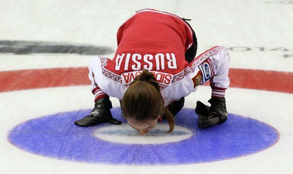 Скип сборной России по керлингу Анна Сидорова радуется победе над кореянками в матче за бронзовые медали чемпионата мира
