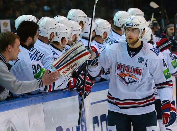 Форвард Металлурга Евгений Бирюков (справа)