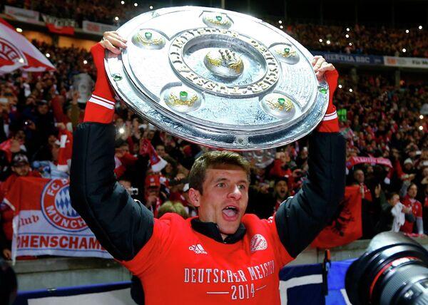 Полузащитник Баварии Томас Мюллер радуется победе в чемпионате Германии