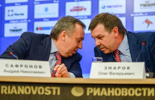 Генеральный менеджер сборной России Андрей Сафронов (слева) и главный тренер мужской сборной России по хоккею Олег Знарок