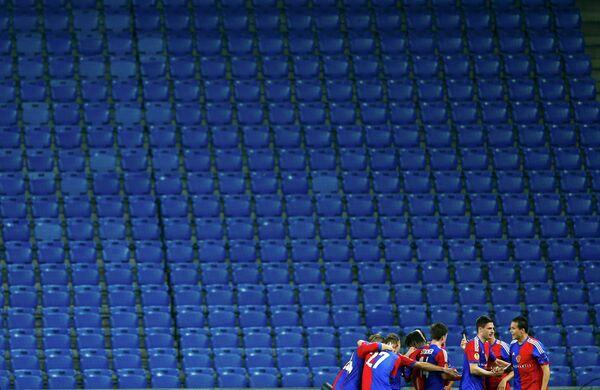 Футболисты Базеля радуются забитому в ворота Валенсии