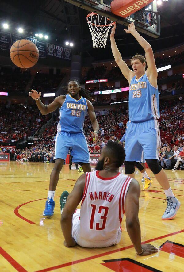 Баскетболисты Денвера Кеннет Фарид и Тимофей Мозгов и атакующий защитник Хьюстона Джеймс Харден