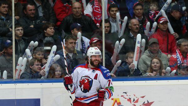 Защитник Льва Натан Ойстрик радуется своему забитому голу в ворота ярославского Локомотива