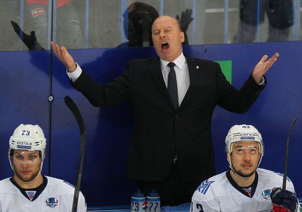Главный тренер ХК Металлург Майк Кинэн (в центре) дает указания игрокам в матче против ХК Салават Юлаев