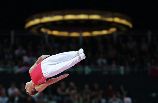 Россиянин Дмитрий Ушаков на соревнованиях мужчин в прыжках на батуте