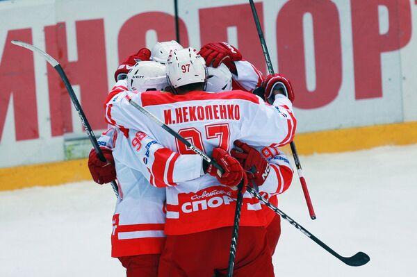 Игроки МХК Спартак радуются забитому голу