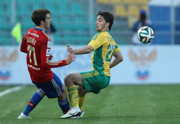 Нападающий ЦСКА Константин Базелюк (слева) и полузащитник Кубани Антон Соснин