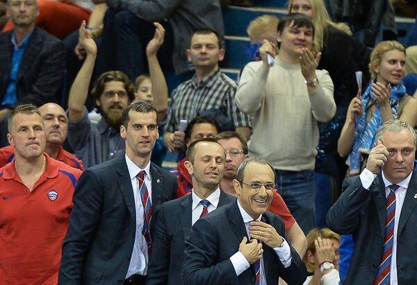 Этторе Мессина (второй справа) и болельщики ПБК ЦСКА
